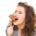 糖質ダイエットのために肉を食べる女性