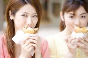 間食をする女性