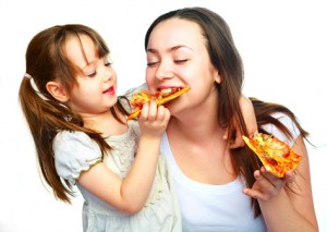 授乳中に食べ過ぎる女性