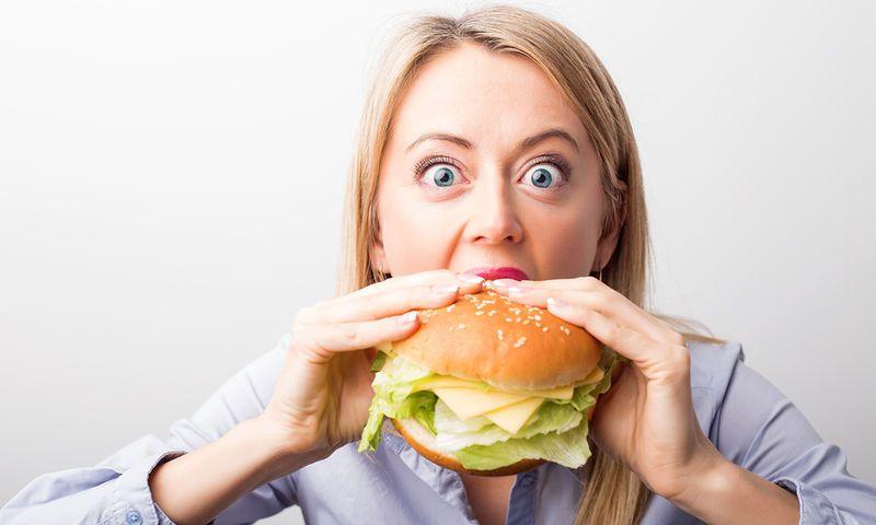 逆ダイエットで太りたいと食事する女性